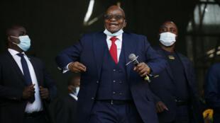 El expresidente sudafricano Jacob Zuma baila antes de dirigirse a sus seguidores en Pietermaritzburgo, Sudáfrica, el 26 de mayo de 2021