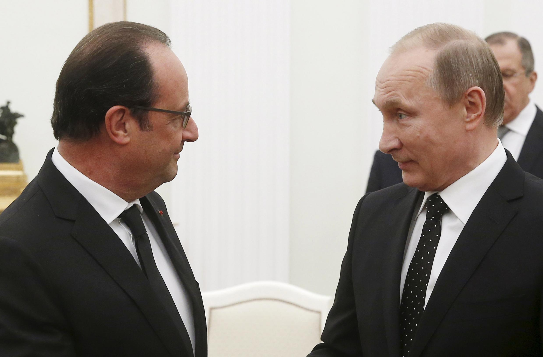 François Hollande e Vladimir Putin em Moscou hoje.
