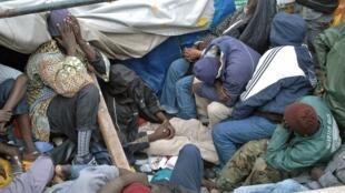 Groupe de migrants venus des pays sub-sahariens arrivant sur l'île de Gran Canaria, en novembre 2005 ( Photo d'illustration).