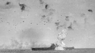 Le porte-avions USS Enterprise touché par un kamikaze, le 14 mai 1945.