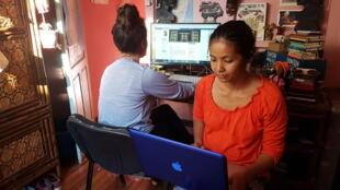 Deux internautes malgaches. Connecté, le pays est, à l'instar de bien d'autres dans le monde, sujet à la propagation de nombreuses rumeurs et «fake news» sur le web.