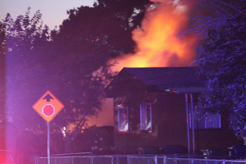 Casa pega fogo após terremoto em Ridgecrest, Califórnia (EUA), em 5 de julho de 2019.