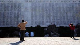 Un hombre mira la lista de nombres de víctimas de la dictadura de Augusto Pinochet 1973-1990) en el memorial del Cementerio General en Santiago..