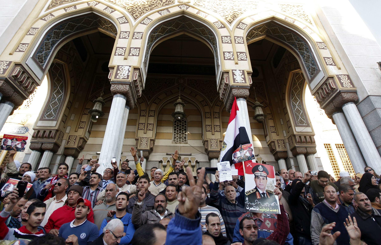 Dư luận Ai Cập phẫn nộ nhân đám tang của các cánh sát viên thiệt mạng trong vụ tấn công tại Mansoura - REUTERS /Mohamed Abd El Ghany