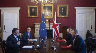 Le ministre britannique en charge du Brexit David Frost en discussion avec le vice-président de la Commission européenne Maros Sefcovic, le 9 juin 2021 à Londres.