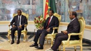 Le président Blaise Compaoré (c) en réunion avec son ministre des Affaires étrangères Djibril Bassolé et Tieman Coulibaly, le chef de la diplomatie malienne (g), Ouagadougou, le 3 novembre 2012.