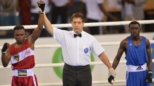 Le Congolais Francel Moussiesse (à gauche) a remporté la finale poids plume de boxe des Jeux africains de Brazzaville.ns