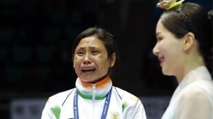 La boxeuse indienne Sarita Devi en larmes malgré sa médaille de bronze obtenue lors des Jeux asiatiques et en colère contre les juges