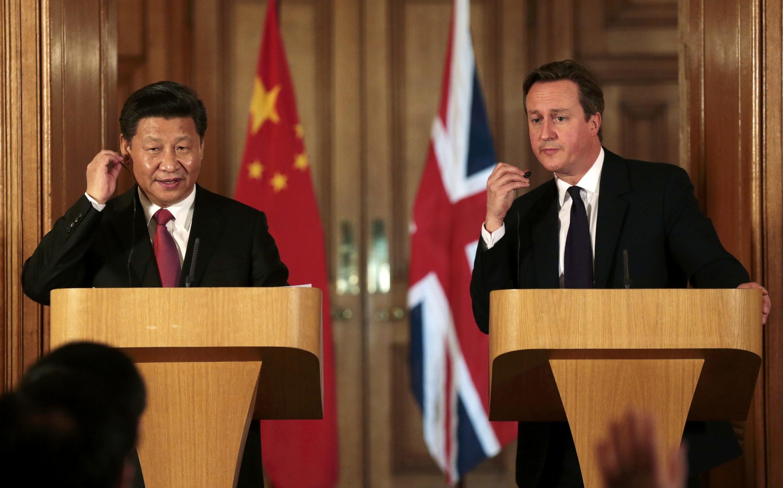 David Cameron (d), Premier ministre britannique, et Xi Jiping (g), président chinois, lors d'une conférence de presse commune à Londres.