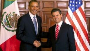 Barack Obama (e) é recebido pelo presidente mexicano Enrique Peña Nieto.