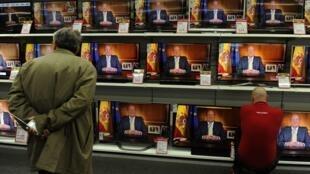 O rei Juan Carlos oficializou sua abdicação nesta segunda-feira