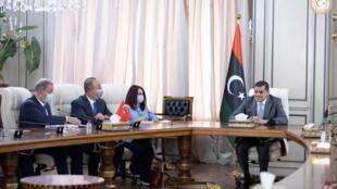 IMAGE Le ministre turc des Affaires étrangères, Mevlut Cavusoglu rencontre le Premier ministre libyen, Abdel Hamid Dbeibah,à Tripoli, Libye, le 3 mai 2021.