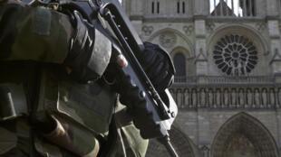 """A Sé Catedral de Paris """"Notre Dame"""" sob a protecção do exército nesta época festiva."""