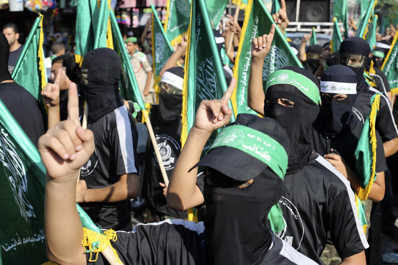 Miembros del Hamas desfilan enmascarados en Rafah, en el sur de Gaza, el 17 de agosto de 2014.