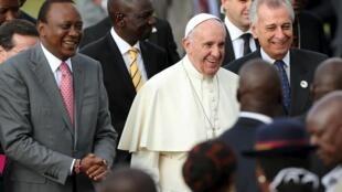 O Papa Francisco junto ao presidente queniano Uhuru Kenyatta em Nairobi, 25 de Novembro de 2015.