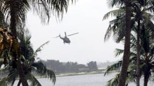Un hélicoptère survole le quartier de Cocody à Abidjan.
