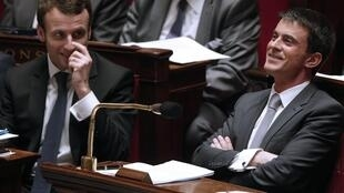 French Prime Minister Manuel Valls (R) and Economy Minister Emmanuel Macron in the National Assembly on Thursday