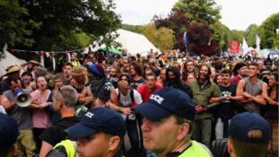 Des manifestants devant un site de forage exploité par la société Cuadrilla, spécialisée dans la fracturation hydraulique à Balcombe, dans le Sussex.