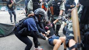 香港警察逮捕示威者資料圖片