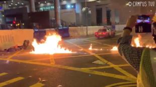 Người biểu tình dùng bom xăng để đối đầu với cảnh sát Hồng Kông ngày 05/08/2019.