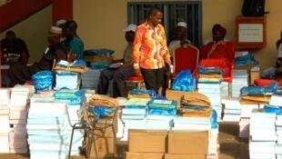 Préparatifs du vote à Matoto (Conakry) pour le double scrutin du 22 mars en Guinée.