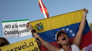 Pelo menos dez pessoas morreram neste domingo (30) durante protestos contra a eleição da Assembleia Constituinte do presidente Nicolás Maduro, rejeitada por vários países.