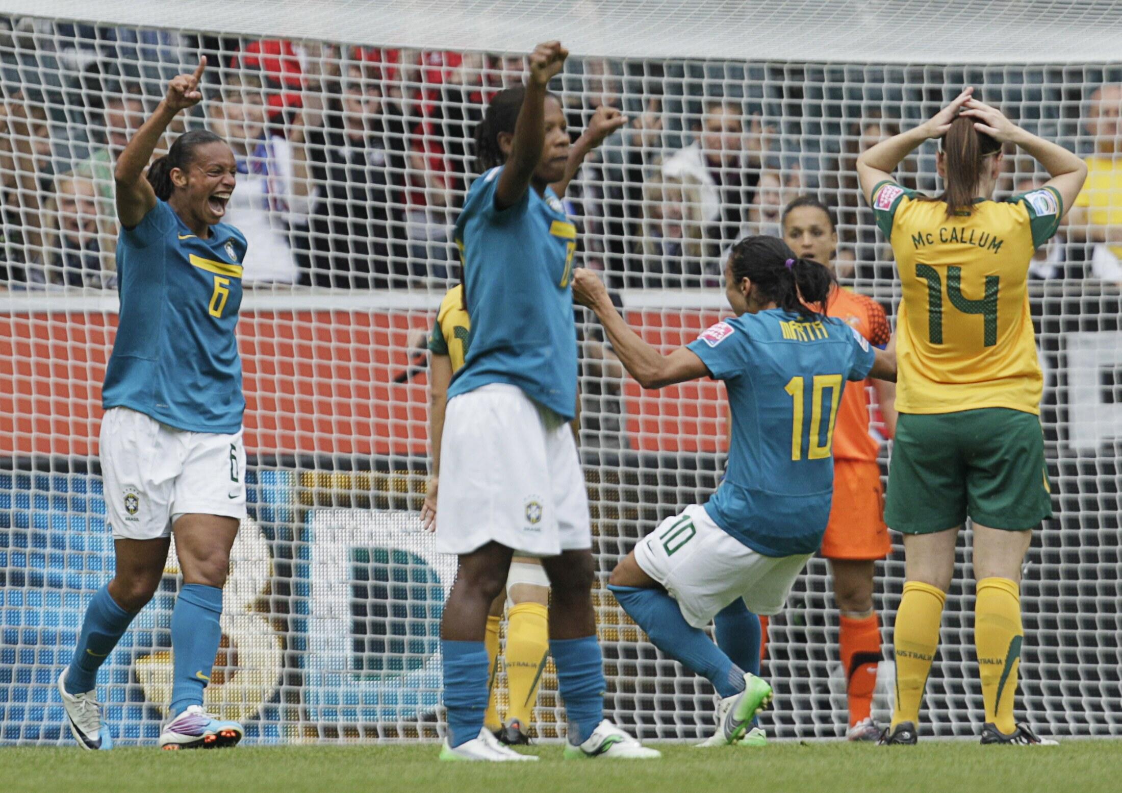 Seleção brasileira festeja vitória na estreia da Copa do Mundo de futebol feminino, na Alemanha.