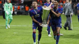 Jesse Lingard et Marcus Rashford de Manchester United portent le trophée après avoir remporté la Ligue Europa, au Stade Friends Arena de Solna en Suède, le 24 mai 2017.