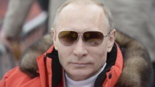 La photo du président russe est déclinée sur de nombreux objets, autant de cadeaux pour fêtes de Noël des Russes.