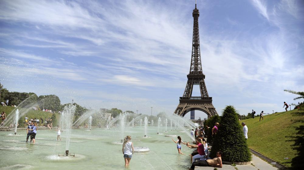 巴黎酷暑難耐 一公園開噴泉讓民眾濕身驅暑  2017年5月25日