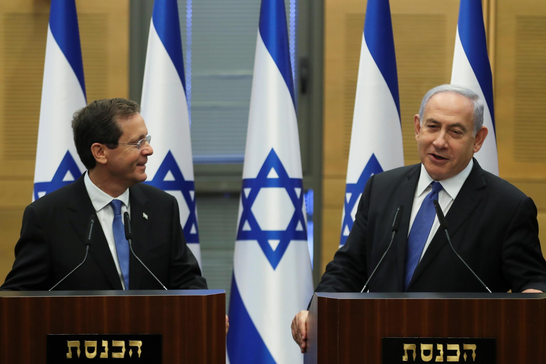 Rais mpya wa Israeli Isaac Herzog (kushoto) na Waziri Mkuu Benjamin Netanyahu, Juni 2, 2021.