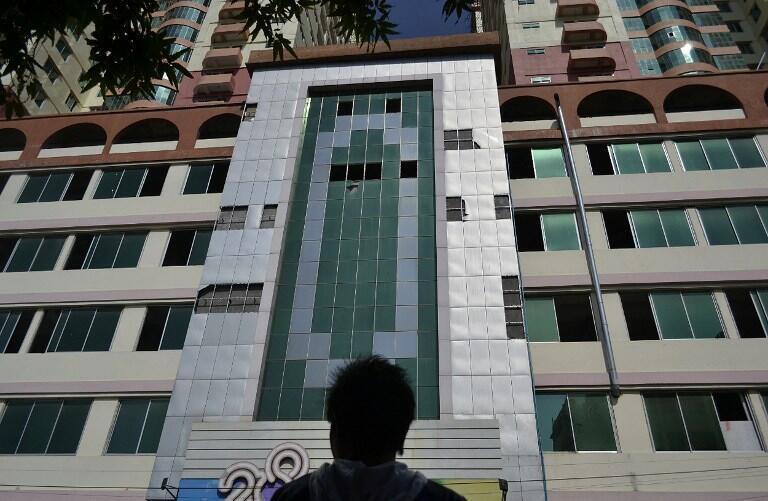O edifício mais alto de Mandalay teve janelas quebradas com o terremoto.
