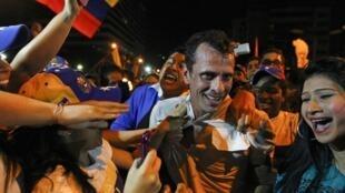 O candidato Henrique Capriles (centro) realizou um comício em Caracas nesta segunda-feira, 1° de abril de 2013.
