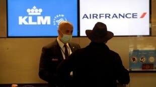 El mostrador de Air France-KLM en el aeropuerto internacional de Los Ángeles, Estados Unidos, el 25 de enero de 2021