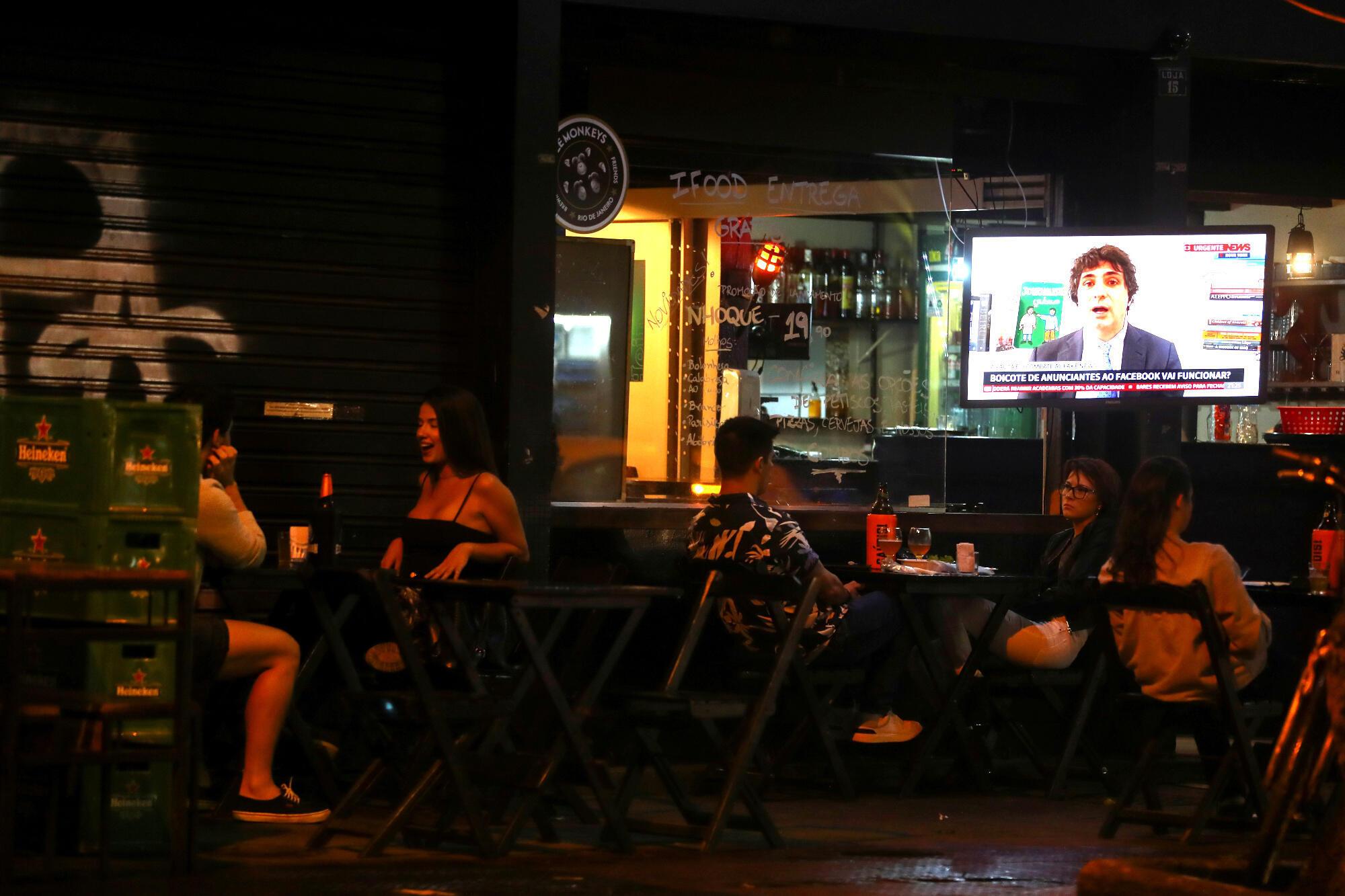 Dans un bar à Rio de Janeiro  qui a rouvert alors que la crise sanitaire est encore importante au Brésil, le 3 juillet 2020.