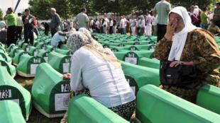 Des milliers de personnes participaient à Srebrenica, le 11 juillet 2010, aux funérailles collectives de 775 victimes des massacres commis par les forces bosno-serbes, après la chute de la ville assiégée.