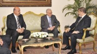Lakhdar Brahimi (C) entouré du président égyptien Mohamed Morsi (D) et du vice-président Mahmoud Mekky , au Caire, le 10 septembre 2012.
