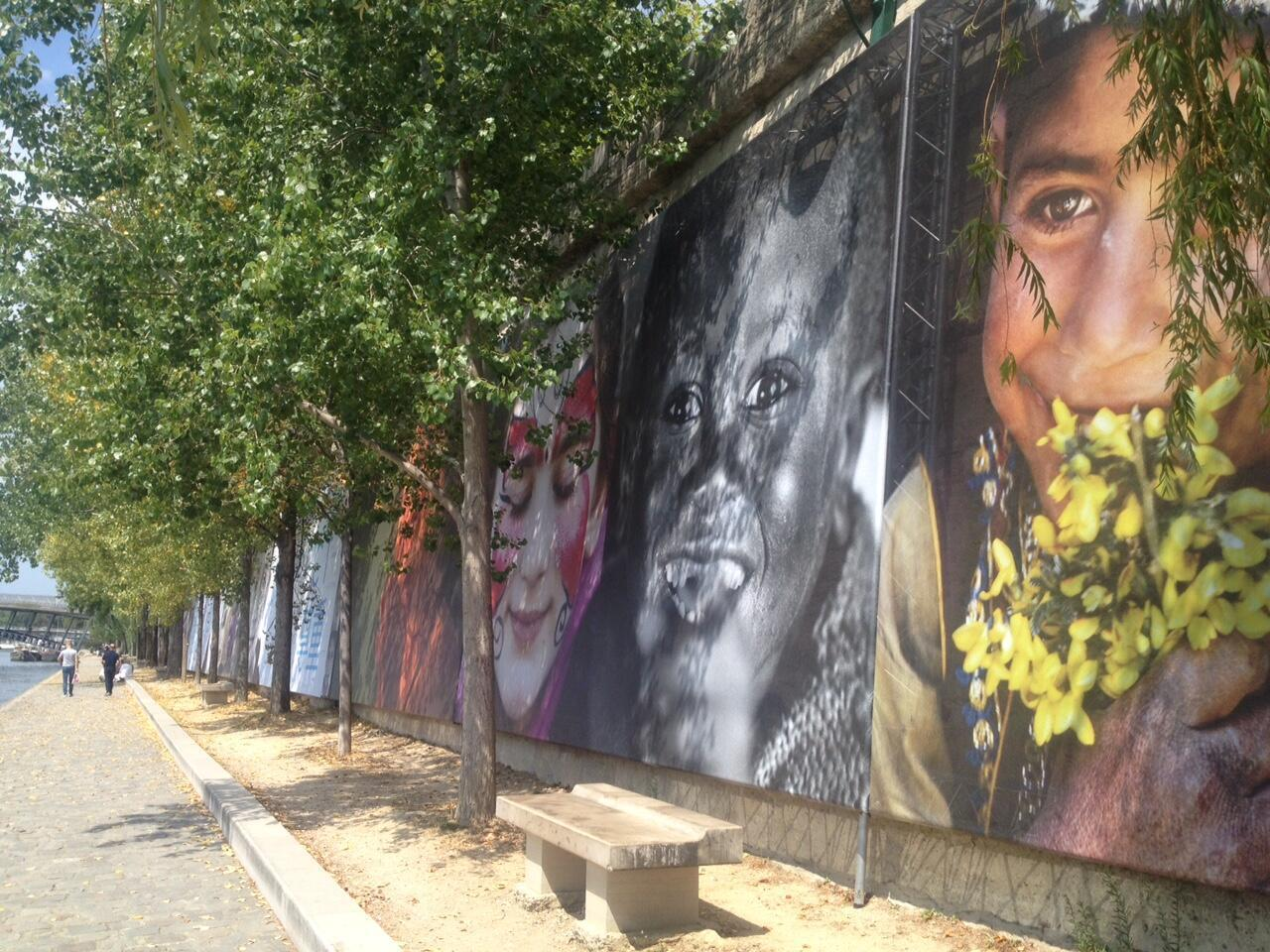 De nombreux portraits de Reza composent la fresque de 370m de l'exposition «Rêve d'humanité».