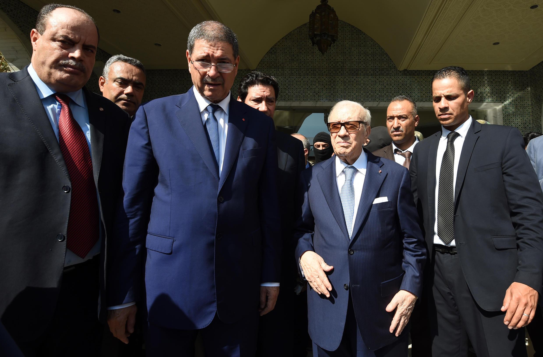 Le président Essebsi (deuxième à droite), son Premier ministre Habib Essid (deuxième à gauche) et le ministre tunisien de l'Intérieur Mohamed Najem Gharsalli (gauche), à Sousse après la tuerie, le 26 juin 2015.