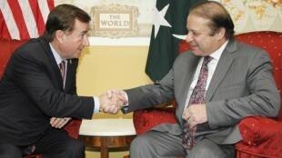Chủ tịch Tiểu ban Đối ngoại Hạ viện Mỹ Ed Royce (T) tiếp Thủ tướng Pakistan Nawaz Sharif tại trụ sở Quốc hội, Washington, 22/10/2013