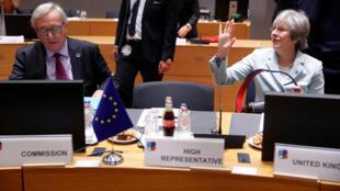 Thủ tướng AnhTheresa May (phải) và chủ tịch Ủy Ban Châu Âu Jean-Claude Juncker, ngày 24/11/2017, tại Bruxelles.
