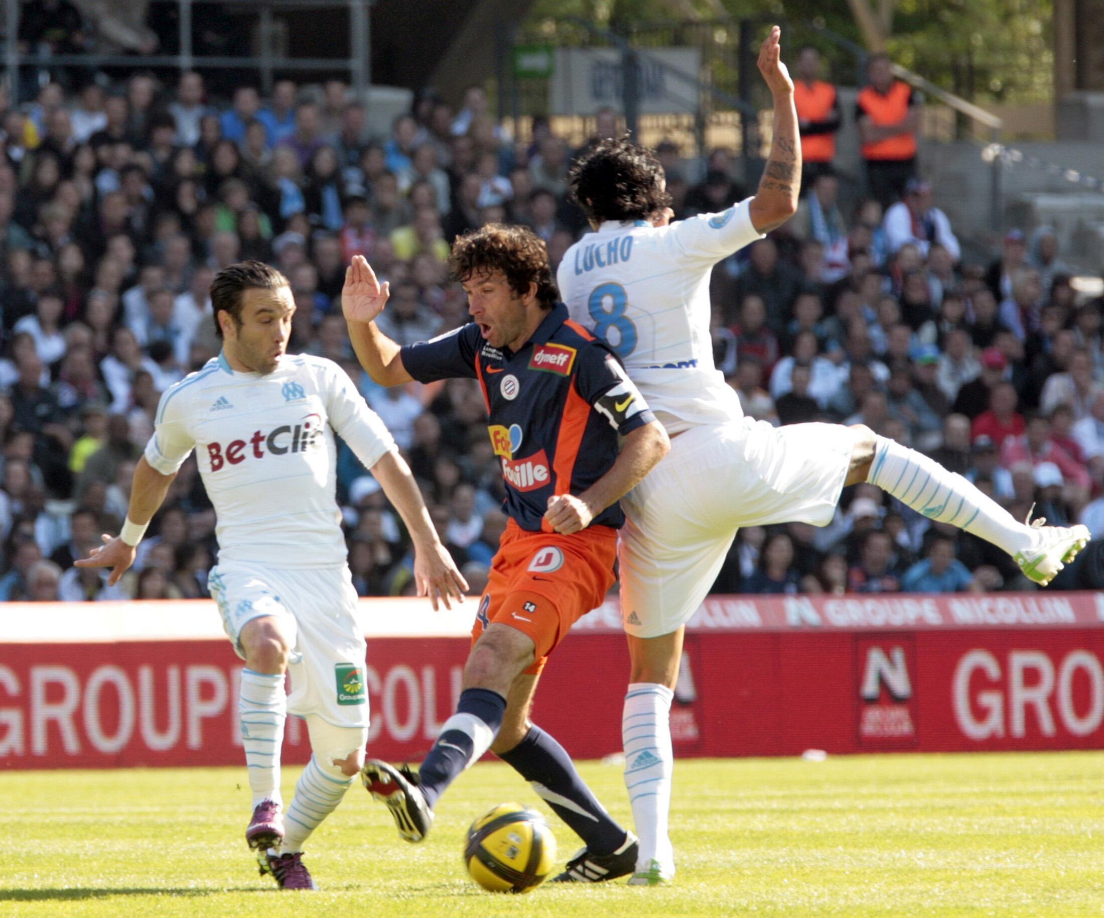 Romain Pitau (Montpellier) à la lutte avec Lucho et Mathieu Valbuena (Marseille) lors du match de Ligue 1 du 17 avril 2011.