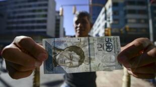 Un billete de 500 bolívares equivale a 73 centavos de dólar a la tasa oficial más alta, Caracas, 16 de enero de 2017.