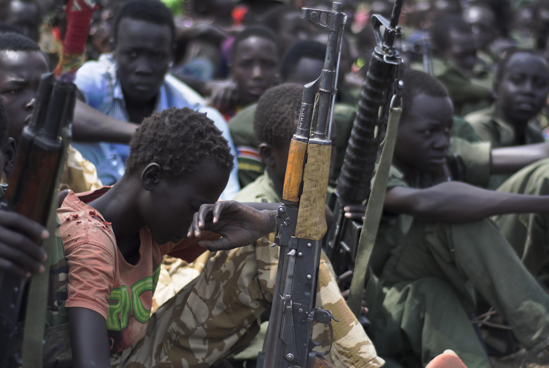 Des enfants soldats lors d'une cérémonie de désarmement, démobilisation et réintégration, le 10 février 2015, à Pibor, dans l'état du Jonglei, (Soudan du Sud), supervisée par l'Unicef. (Archives).