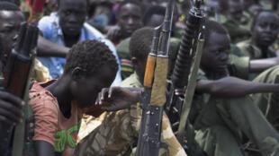 Des enfants soldats lors d'une cérémonie de désarmement, démobilisation et réintégration, le 10 février 2015, à Pibor, dans l'État du Jonglei, au Soudan du Sud, supervisée par l'Unicef.