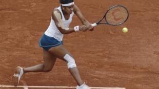 Teliana Pereira foi derrotada por Serena Williams em Roland Garros (26/5/16).
