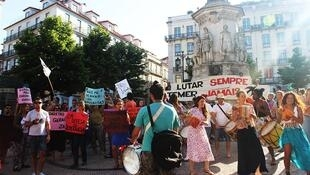 Manifestantes na praça de Camões, em Lisboa, pedem eleições diretas