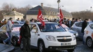 Taxistas protestam em Paris, nesta segunda-feira (10), contra os veículos de turismo com motorista (VTC).