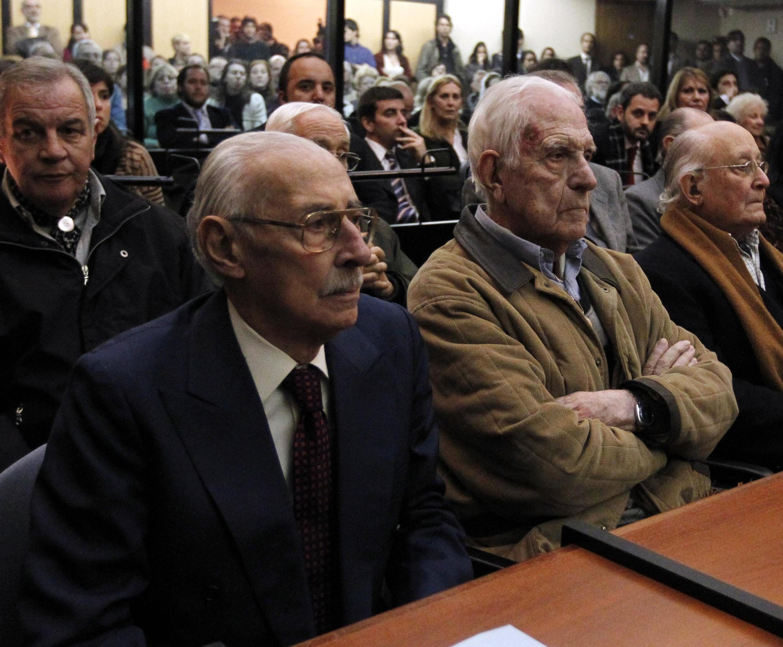 """Los dictadores argentinos Jorge Videla, fallecido, y Reynaldo Bignone, condenado este 27 de mayo de 2016 a 20 años de cárcel por """"asociación ilícita"""" en el marco del Plan Cóndor. Aquí en 2012."""