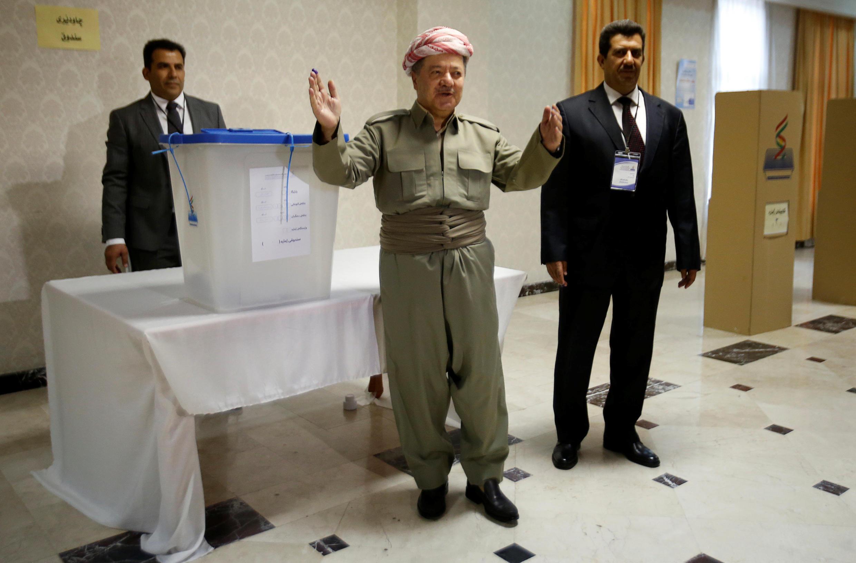Masud Barzani deposita su voto durante la celebración del referéndum por la independencia en Erbil, Irak, el 25 de septiembre de 2017.